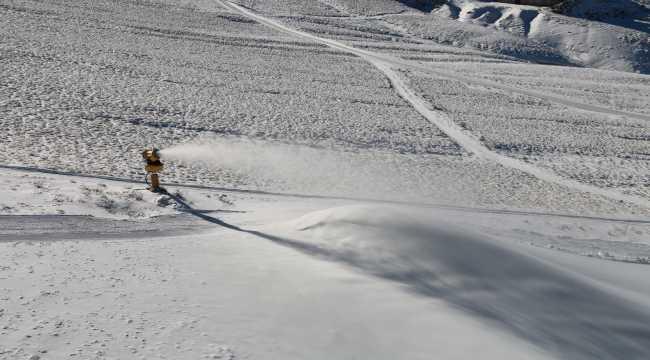 İç Anadolu'nun zirvesi Erciyes Dağı'nda suni kar ile kayak keyfi