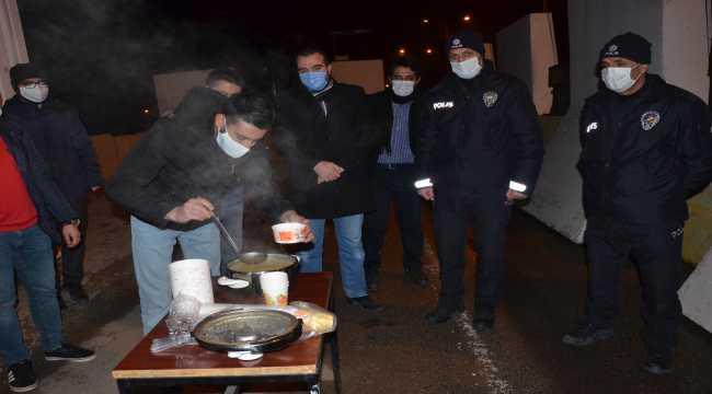 TÜGVA üyesi gençlerden polise çorba ikramı