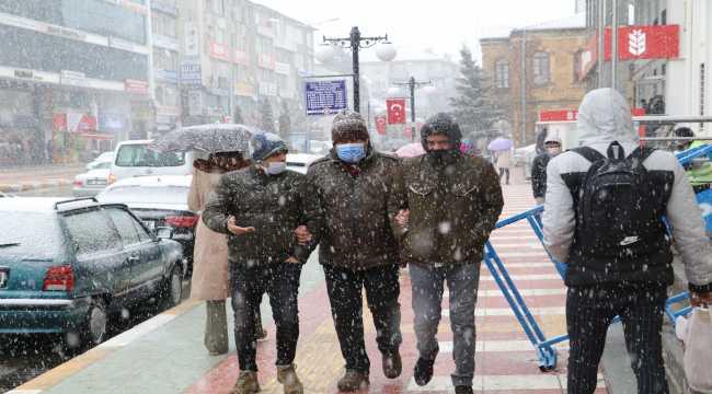 Yozgat'ta kar güzel manzaralar oluşturdu
