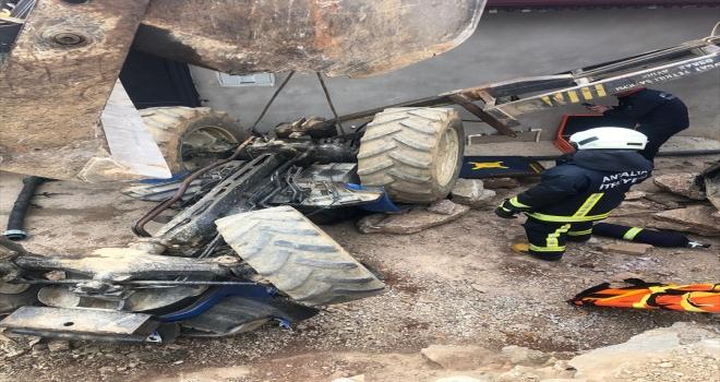Alanya'da devrilen traktörün altında kalan sürücü yaralandı