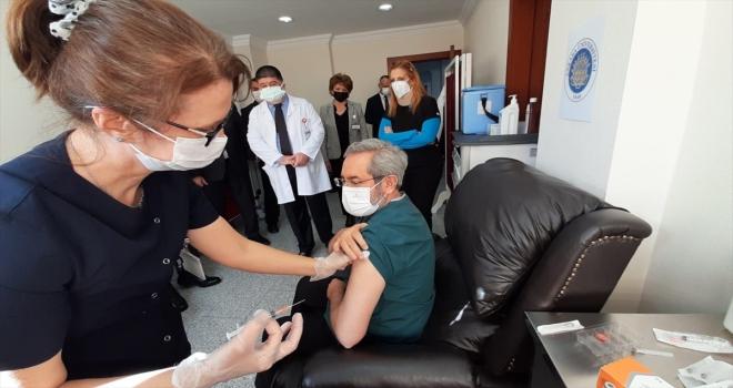 Ankara Üniversitesi hastanelerindeki sağlık çalışanlarına 2'nci doz Kovid-19 aşısı uygulanıyor
