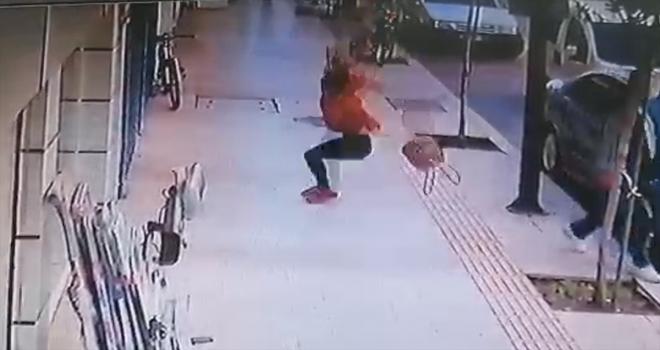 Antalya'da bir kadının balkondan düşüp yaralanma anı güvenlik kamerasına yansıdı