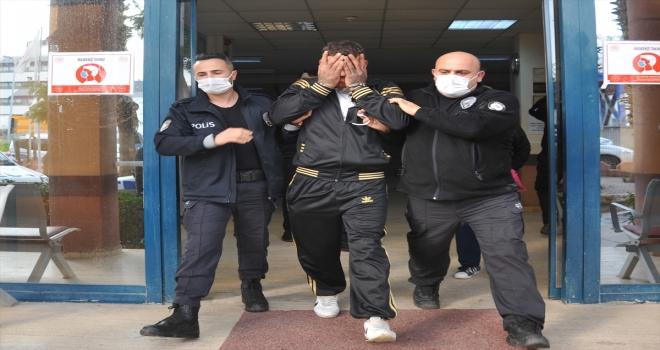 Antalya'da iki kişinin parasını bıçak zoruyla aldığı öne sürülen iki şüpheli yakalandı