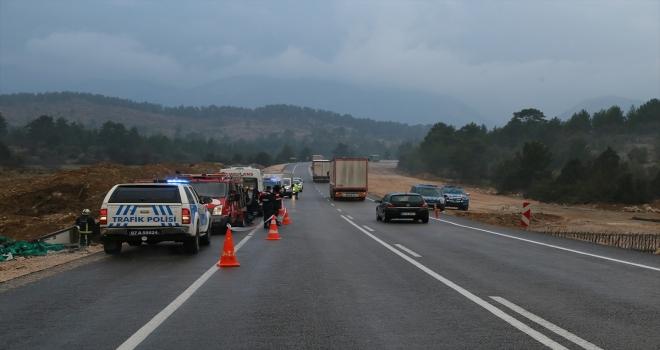 Antalya'da kamyonun devrilmesi sonucu bir kişi öldü
