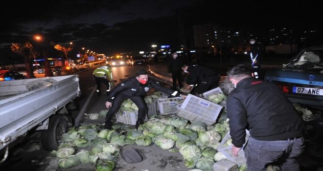 Kazada yola saçılan lahanaları polisler topladı