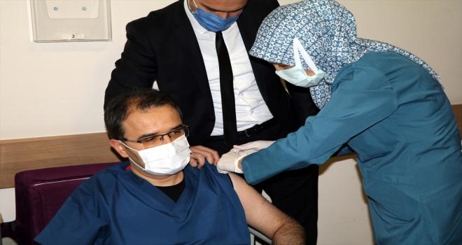 Çankırı Valisi Ayaz, Kovid-19 aşısının ilk dozunu yaptırdı:
