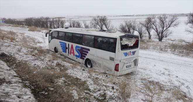 Konya'da yolcu otobüsü yol kenarındaki otomobile çarptı: 5 ölü, 38 yaralı