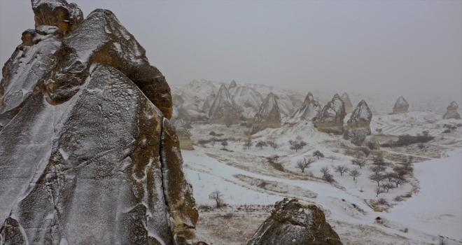 Kar nedeniyle peribacaları beyaza büründü