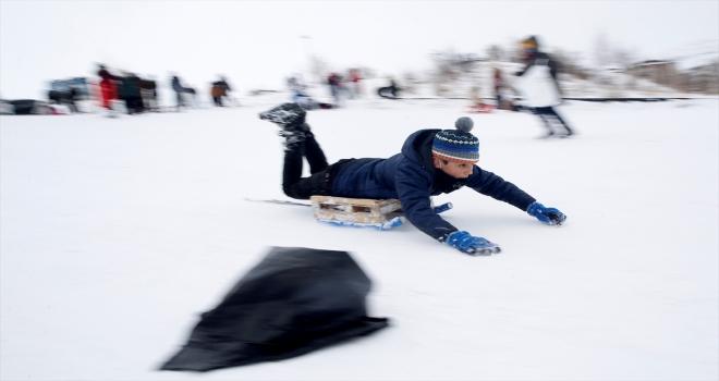 Kayseri'de çocukların poşet ve leğenle kayak keyfi