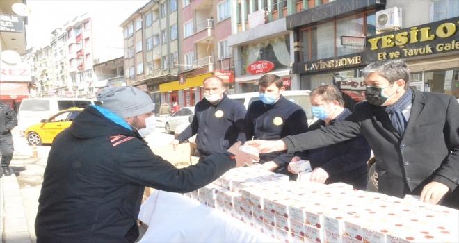 Kırıkkale Belediyesi, vatandaşlara kandil simidi dağıttı