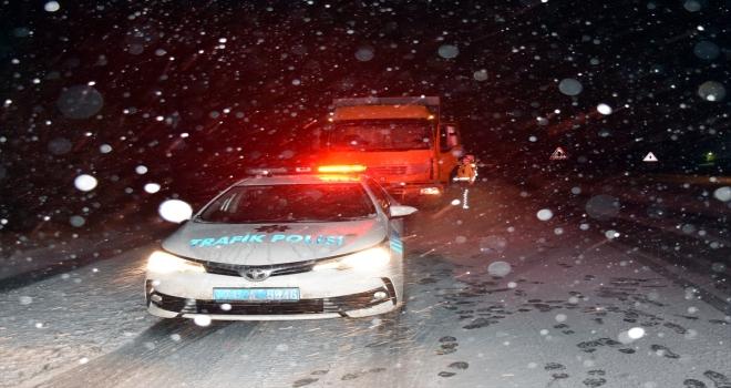 Kırıkkale-Kayseri kara yolu kar ve buzlanma nedeniyle ulaşıma kapandı