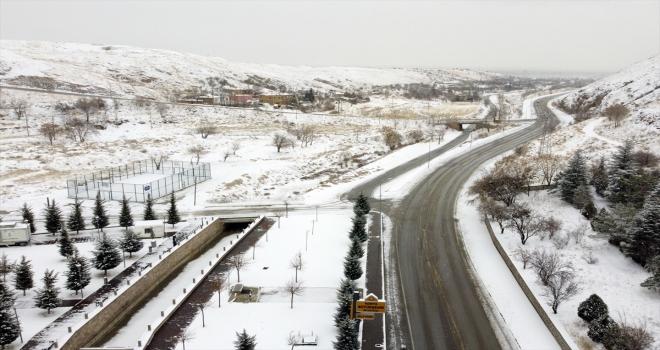 Konya'da devam eden kar yağışı cadde ve sokakları beyaza bürüdü