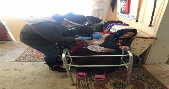 Sivas'ta filyasyon ekipleri aşı yapmak için karlı yolları paletli ambulanslarla aşıyor