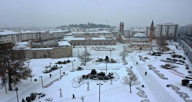 Sivas'ta kar nedeniyle 109 köy yolunda ulaşım sağlanamıyor