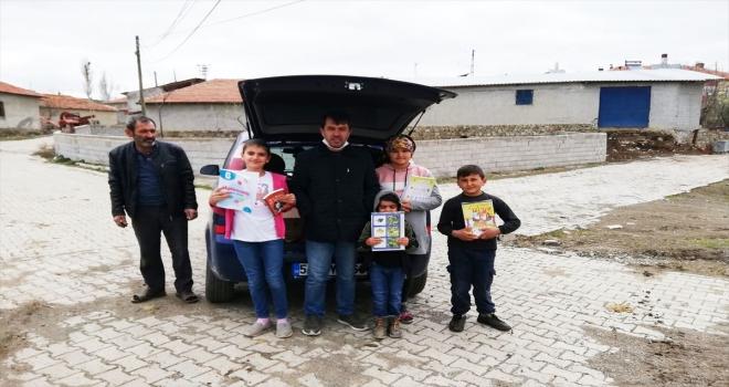 Tatil süresince öğrencilerinin evlerine kitap ve test seti taşıdılar