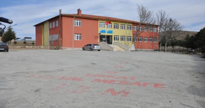Yozgat'ta eğitimciler ve veliler, köy okulunu yüz yüze eğitime hazırladı