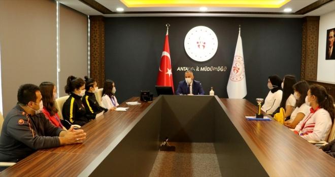 Antalya Gençlik ve Spor İl Müdürü Yavuz Gürhan, başarılı sporcuları tebrik etti
