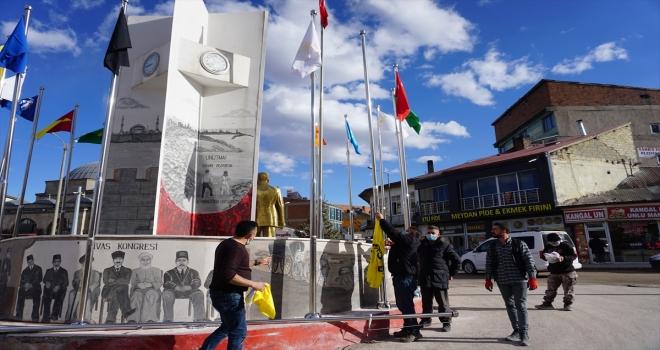 Kangal ilçe meydanına 16 Türk devletinin bayrakları dikildi