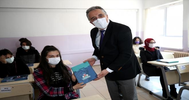 Nevşehir Belediyesi tarafından sınava hazırlanan öğrencilere hazırlık kitabı dağıtıldı