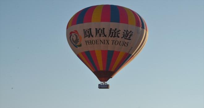 Nevşehirli çift Kapadokya semalarında süzülen sıcak hava balonunda