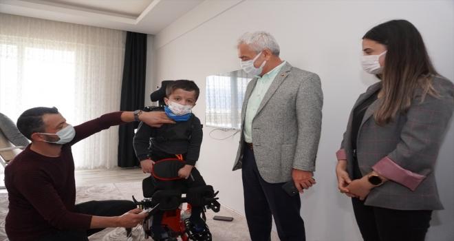 Ayakta duramayan çocuğa, medikal cihazlar hediye edildi