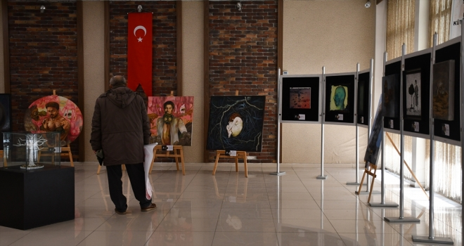 Sivas'ta açılan sergide 2020 yılına damga vuran gelişmeler tuvale yansıtıldı