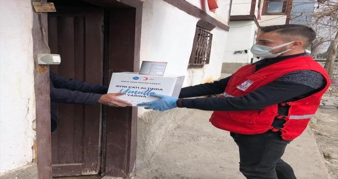 Türk Kızılay, Beypazarı'nda yaklaşık 100 kişiye gıda kolisi dağıttı
