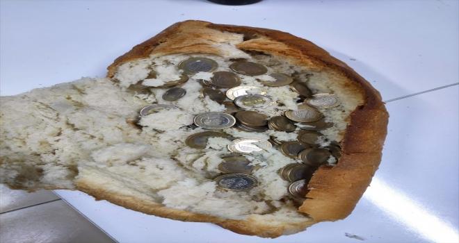 Aksaray'da madeni paraları ekmeğin arasına gizleyen dilenci yakalandı