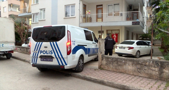 Antalya'da annesini darbeden ve araya giren kişiyi bıçaklayan genç gözaltına alındı