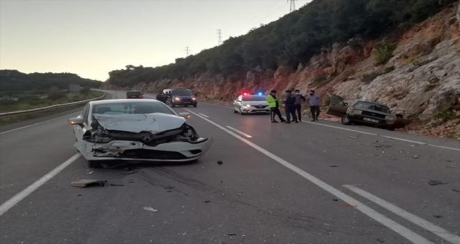 Antalya'da aynı yönde seyreden iki otomobil çarpıştı, 2 kişi yaralandı