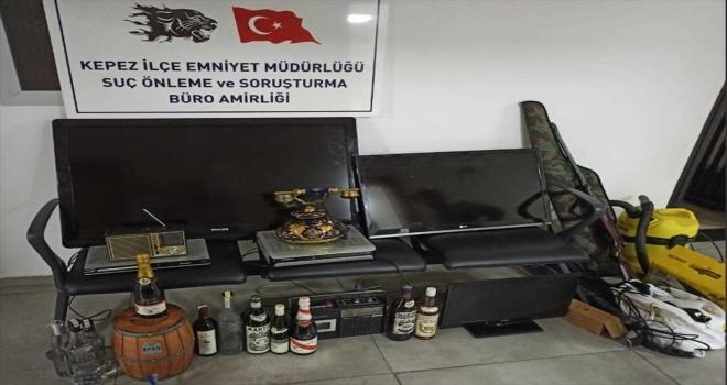 Antalya'da evlerden hırsızlık yaptığı iddiasıyla yakalanan zanlı tutuklandı