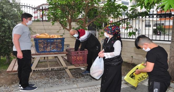 Antalya'nın Manavgat ilçesinde bir camide her gün 500 ekmek dağıtılıyor
