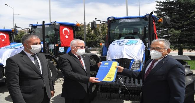Başkan Büyükkılıç'tan 5 ilçede çiftçilere traktör desteği