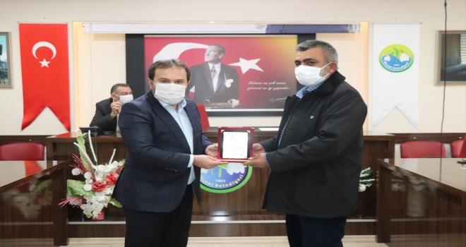 Başkan Özkan'dan emekli olan personele teşekkür plaketi