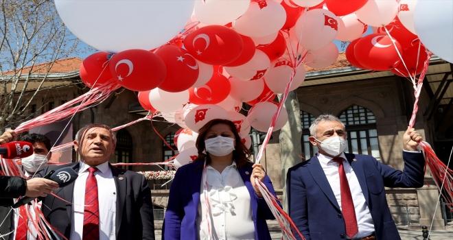 CHP'li TBMM Milli Eğitim Komisyonu üyeleri, Birinci Meclis önünde gökyüzüne balon bıraktı