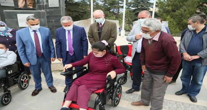 Develi'de 35 engelliye akülü araç dağıtıldı