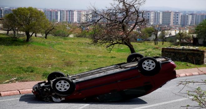 Devrilen otomobilin sürücüsü kazayı yara almadan atlattı