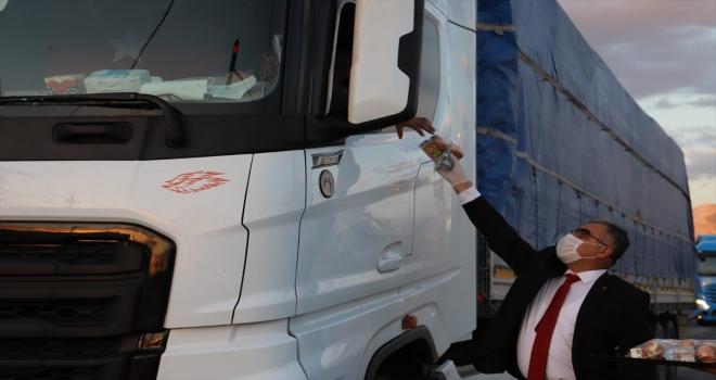 Ilgın'da kamyon sürücülerine iftar kumanyası dağıtılıyor