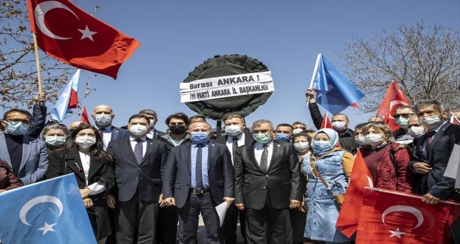 İYİ Partililerden, Çin'in Ankara Büyükelçiliği önünde siyah çelenkli protesto
