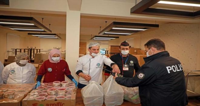 Kayseri'de görev başındaki polislerin iftarlıkları belediyeden