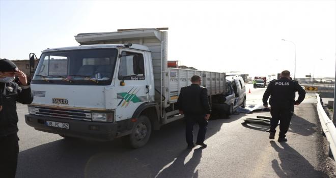 Kayseri'de hafif ticari araç kamyona çarptı: 2 ölü