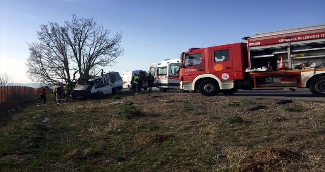 Kırıkkale'de kamyonet ağaca çarptı: 1 ölü, 1'i bebek 2 yaralı