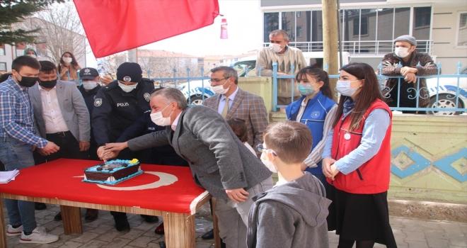 Kırşehir'de cami cemaati Polis Haftası'nı pastayla kutladı
