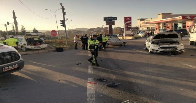 Kırşehir'de zincirleme kazada 4 kişi yaralandı