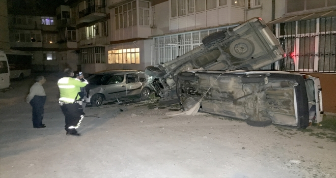 Konya'da alkollü sürücünün kullandığı pikap önce 2 araca, ardından apartmana çarptı