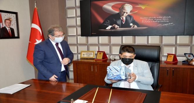 Otizmli Eren, İl Sağlık Müdürü Benli'nin koltuğuna oturdu