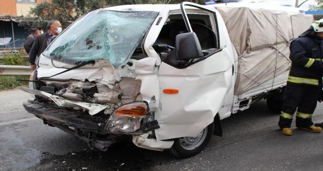 Serik'te tırla çarpışan kamyonetin sürücüsü yaralandı