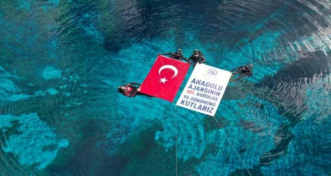 Sivas'ta AFAD'ın balık adamları AA'nın kuruluş yıl dönümünü doğal akvaryumda kutladı