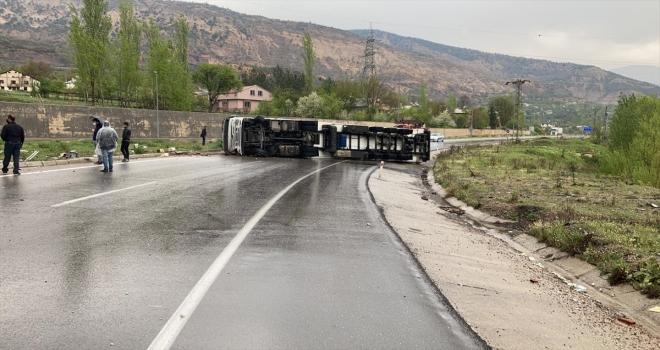 Sivas'ta devrilen tır, kara yolunu ulaşıma kapattı