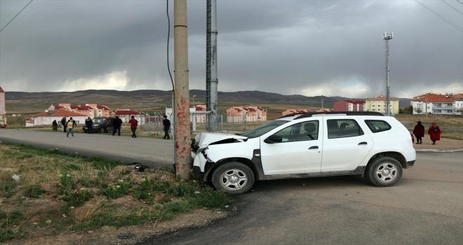 Sivas'ta otomobil ile hafif ticari araç çarpıştı: 4 yaralı